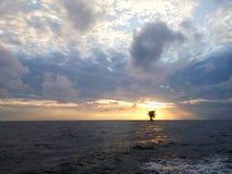 Soluppgång på sydkinesiska havet Arkivfoto