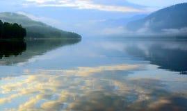Soluppgång på Teletsky sjön Arkivbild