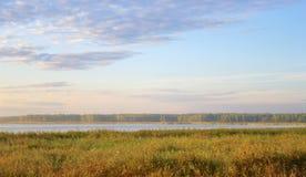 Soluppgång på tidig höst för sjö Arkivfoto