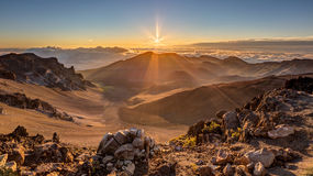 Soluppgång på toppmötet av Haleakala, Maui, Hawaii