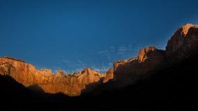 Soluppgång på torn av oskulden, Zion National Park, UT Royaltyfria Foton