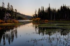 Soluppgång på tvilling- sjöar Arkivfoton