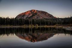 Soluppgång på tvilling- sjöar Arkivbild