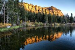 Soluppgång på tvilling- sjöar Arkivfoto