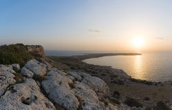 Soluppgång på udde Greco, Agia Napa, Cypern Arkivbild