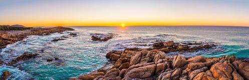Soluppgång på vänskapsmatchstränder i Freycinet NP, Tasmanien Arkivfoto