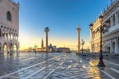 Soluppgång på Venedig, San Marco fyrkant i Venedig, Italien arkivbild