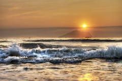Soluppgång på Yilan Taiwan som ser den Guishan ön Arkivbild