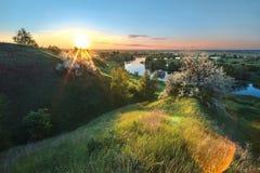Soluppgång som förbiser floden arkivbilder