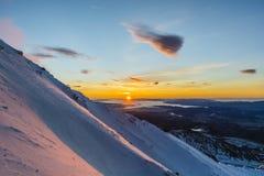 Soluppgång som ses från bergen Arkivbilder
