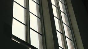 Soluppgång som ut ser till och med fönster arkivfilmer