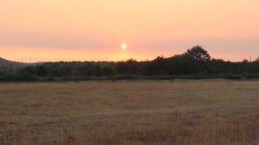 Soluppgång tidigt på morgonen från Rupite i himlen, som är litet rökig vid en nära brand arkivfilmer