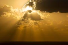 Soluppgång till och med molnen Royaltyfria Bilder