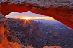 Soluppgång under Mesa-båge arkivbilder