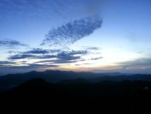Soluppgång uppifrån av ett berg Arkivfoto