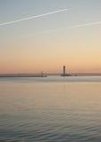 Soluppgång vid det mörka havet Arkivbilder