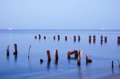 Soluppgång vid det mörka havet Arkivfoto