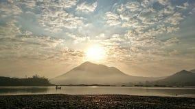 Soluppgång vid floden arkivfoton