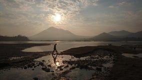 Soluppgång vid floden royaltyfri fotografi
