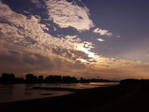 Soluppgång vid floden Fotografering för Bildbyråer