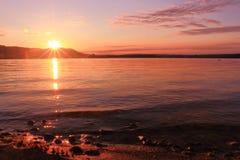 Soluppgång vid inspirera för sjön kopplar av och quietness Arkivbild