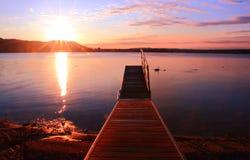 Soluppgång vid inspirera för sjön kopplar av och quietness Arkivfoto