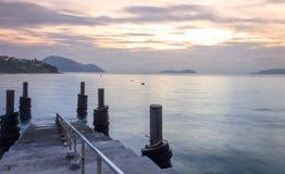 Soluppgång vid skeppsdockorna och havet Arkivfoto