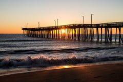 Soluppgång Virginia Beach Fishing Pier Arkivbilder