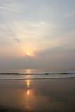 Soluppgångar på stranden Royaltyfri Bild