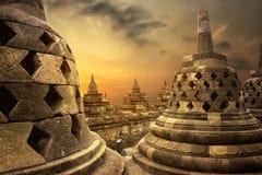 Soluppgångbakgrund på den Borobudur templet Royaltyfria Bilder