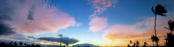 Soluppgångcloudscape under Mauna Kea som sett från Waikaloa Arkivfoto