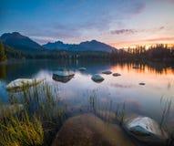 Soluppgången över en sjö i parkera höga Tatras Shtrbske Pleso, fotografering för bildbyråer