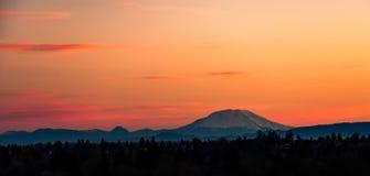 Soluppgången över Mount Fuji som beskådat från ett närgränsande nå en höjdpunkt St Helens Washington Arkivfoto