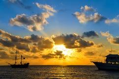 Soluppgången över piratkopierar shipen Fotografering för Bildbyråer