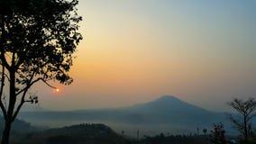 Soluppgången av berget Arkivfoto