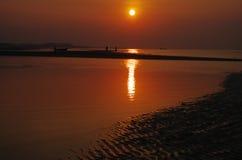 Soluppgången av den sandiga stranden Arkivbild