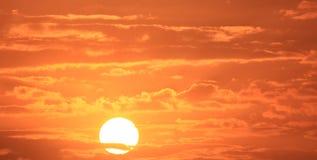 Soluppgång med den röda skyen Arkivfoton
