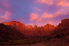 soluppgången towers oskulden Arkivbilder