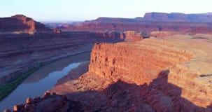 Soluppgångflyg över kanjonen av Coloradofloden arkivfilmer