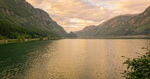 Soluppgångglöd på det Green River vattnet surronded vid berg Arkivfoton