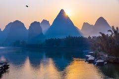 Soluppgånglandskap för traditionell kines med vatten och berg royaltyfria bilder