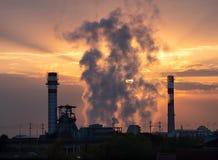 Soluppgångljus över fabrik royaltyfri bild