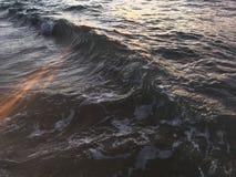 Soluppgångljus på Stilla havetvågor på stranden i Kapaa på den Kauai ön i Hawaii Arkivbilder
