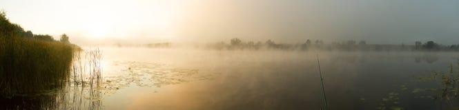 Soluppgångmist på floden målade i sepia Arkivbild