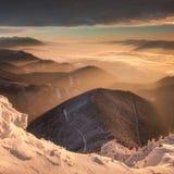 Soluppgångmorgon i dalarna arkivfoto