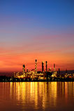 Soluppgångplats av oljeraffinaderiet Royaltyfria Foton
