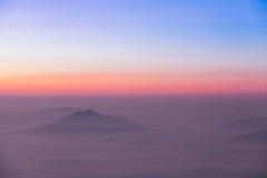 Soluppgångplats med det dimmiga berget Royaltyfria Foton