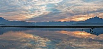 Soluppgångreflexioner på den torka slågna sjön Isabella i de sydliga Sierra Nevada bergen av Kalifornien royaltyfria foton