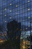 Soluppgångreflexioner på Highrisekontorsbyggnad arkivbilder