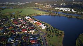 Soluppgångregattavatten för Gold Coast för gods för framdel för sjö gods för hus för område för lek gräs bredvid den Coomera flod royaltyfria foton